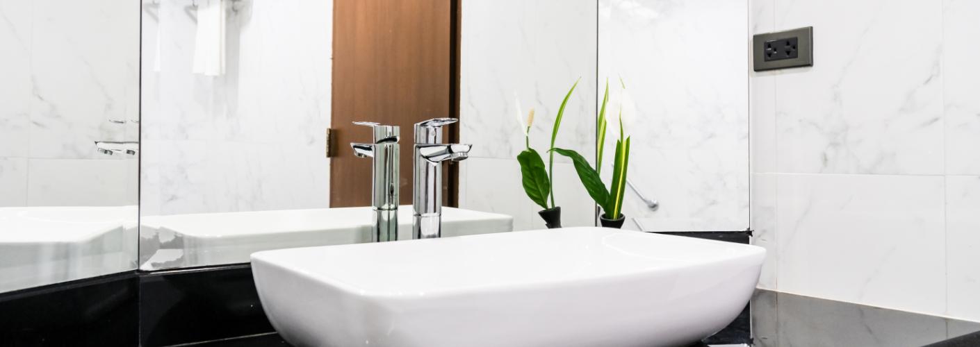 3 Tips om je badkamer spiegel perfect streeploos schoon te krijgen en houden