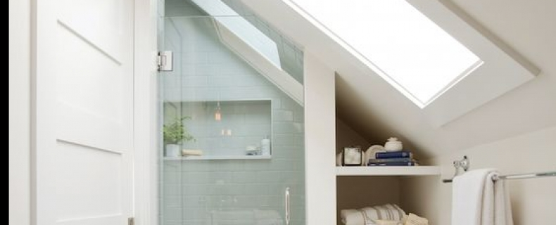 Badkamer met schuin dak
