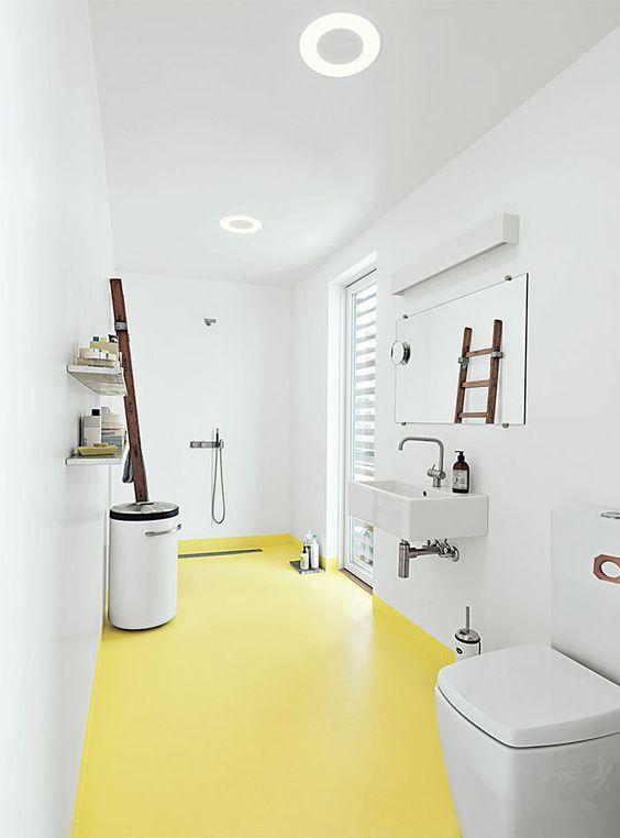 gele vloer in badkamer