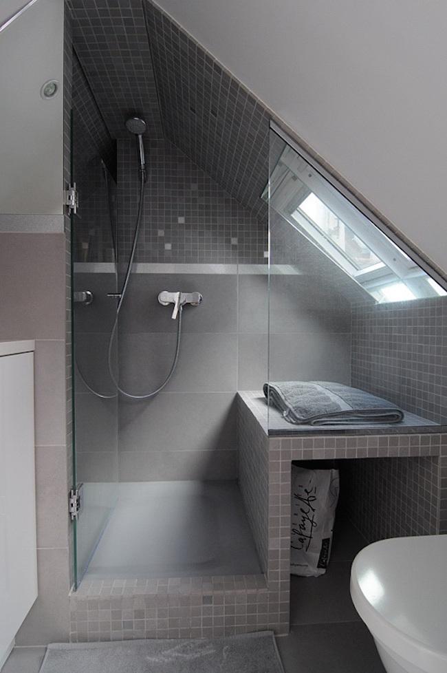 schuin dak in de badkamer