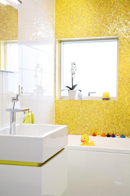 gele mozaiektegels in badkamer