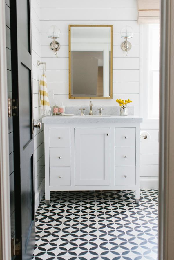 Gele details in badkamer