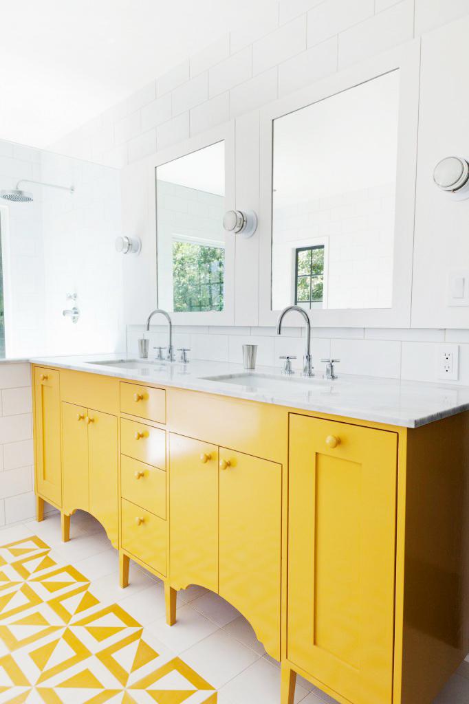 gele badkamermeubel