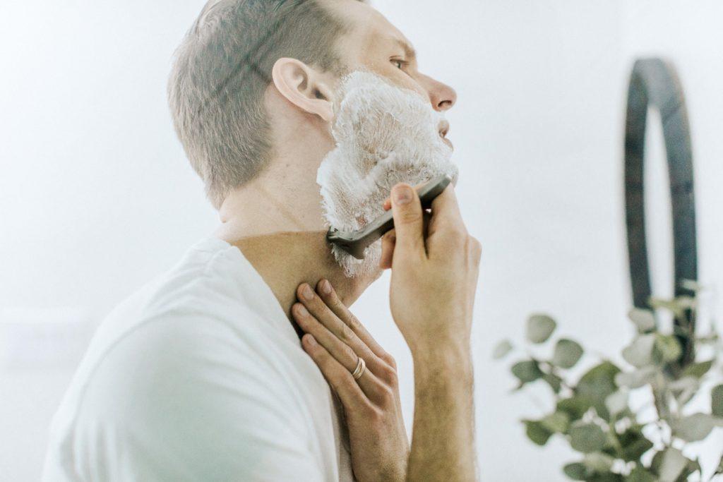 scheren met scheerschuim badkamer