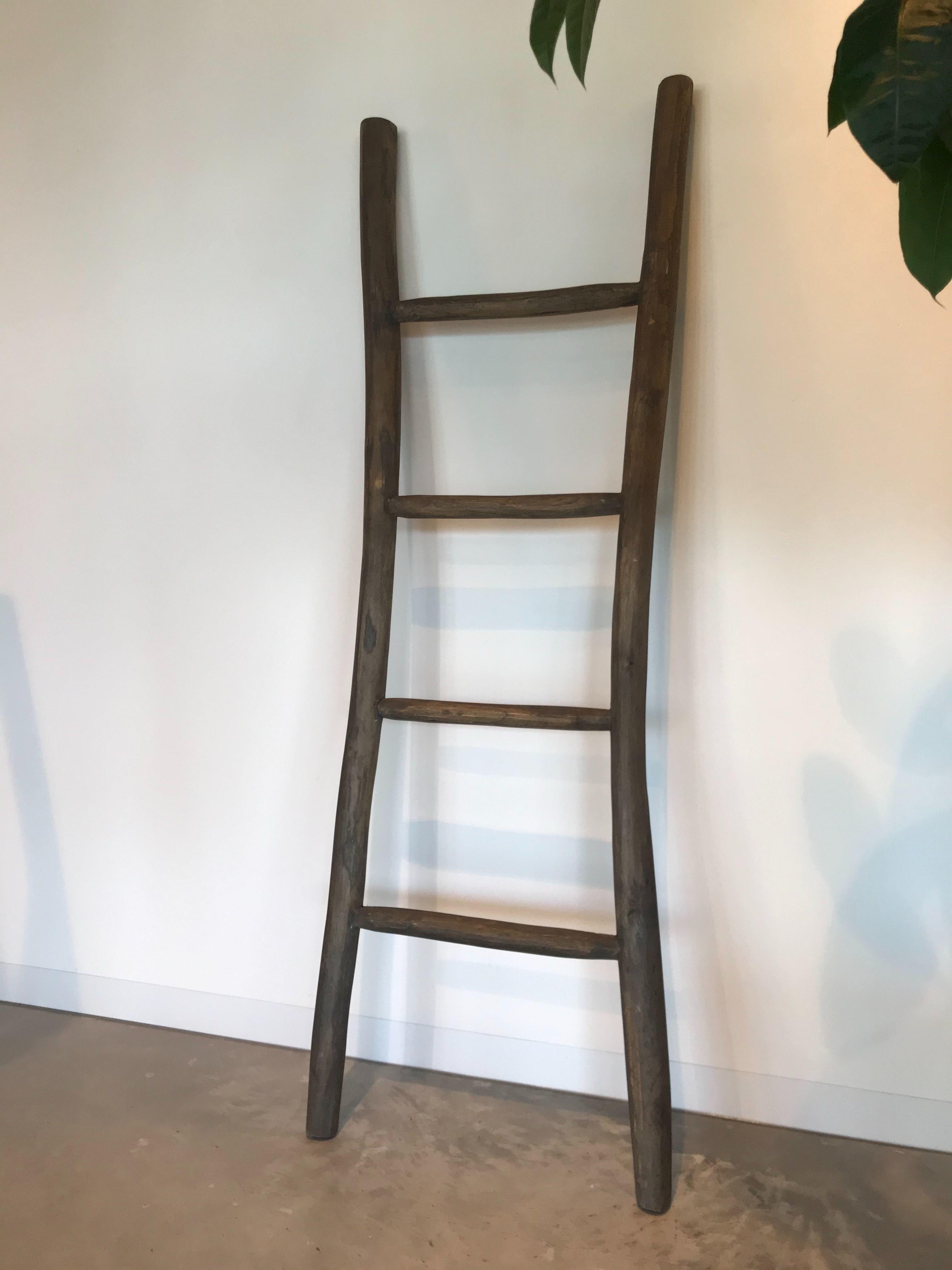 Houten Decoratie Ladder Van Massief Teakhout In De Badkamer